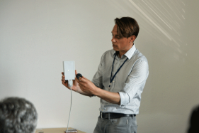 RFID-Demonstration-mit-Transpondern-und-Readern.png